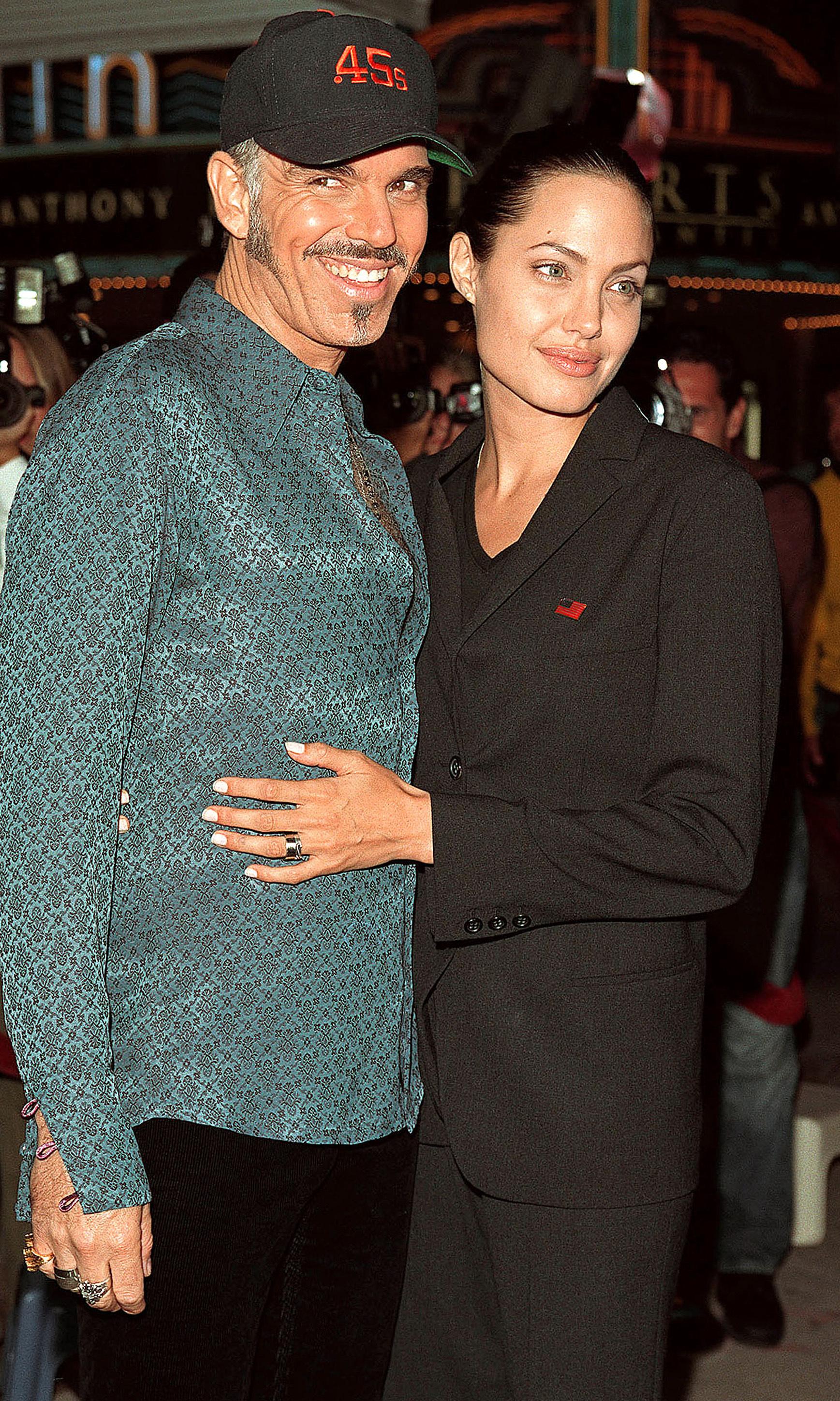 Los trajes de chaqueta son habituales en el vestidor de Angelina Jolie