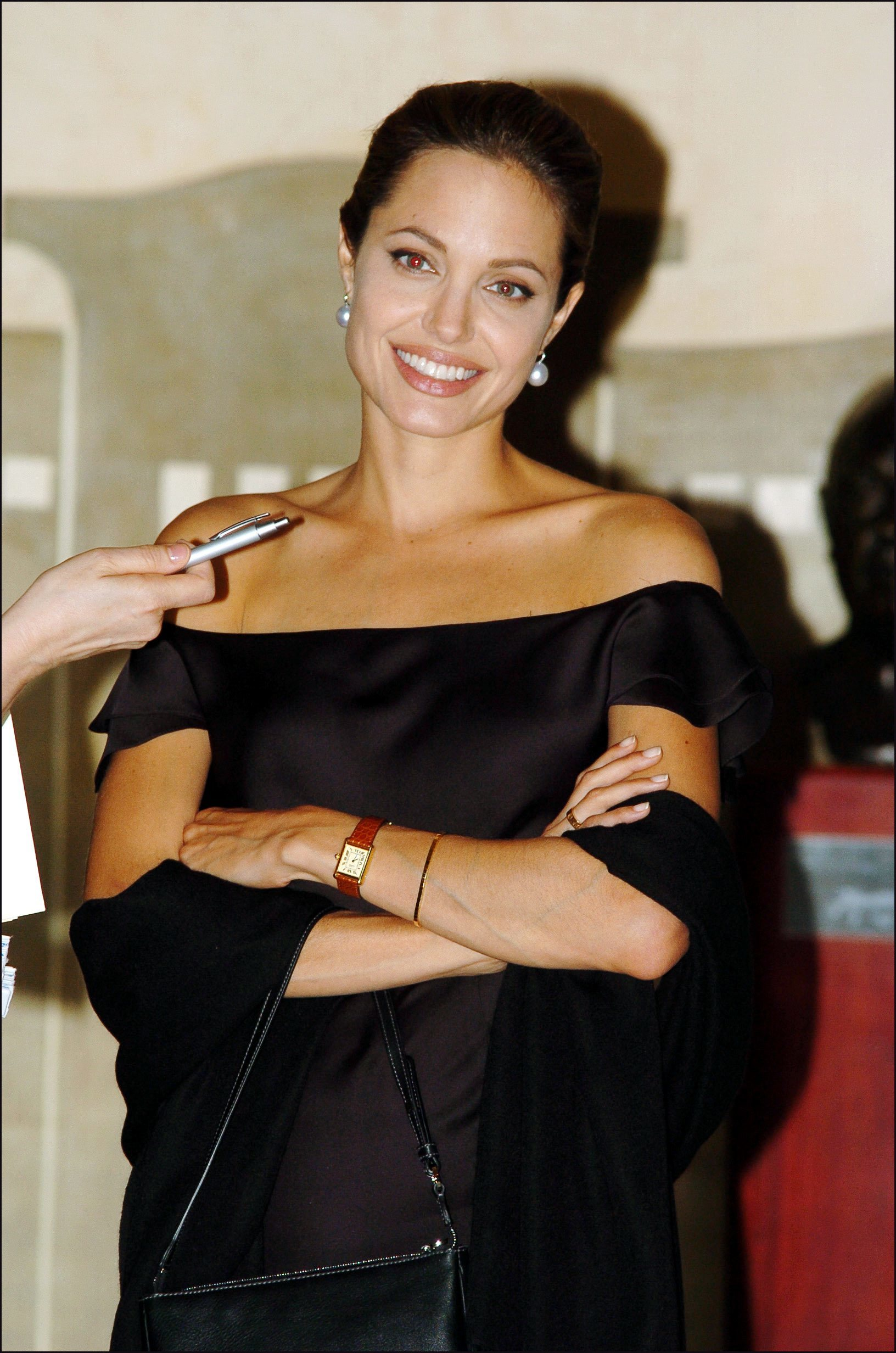 La actriz con un sencillo vestido negro escotado y muy lady