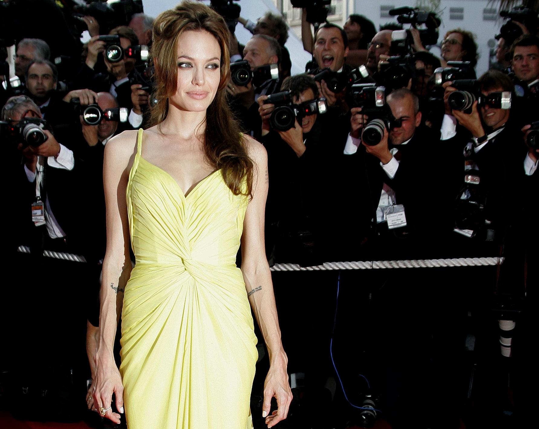 A veces nos sorprende su apuesta por colores luminosos y vibrantes, como este vestido lima