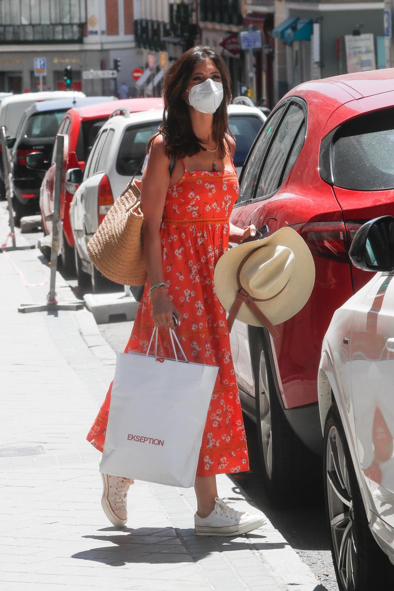 Sara Carbonero con vestido midi naranja y converse blancas
