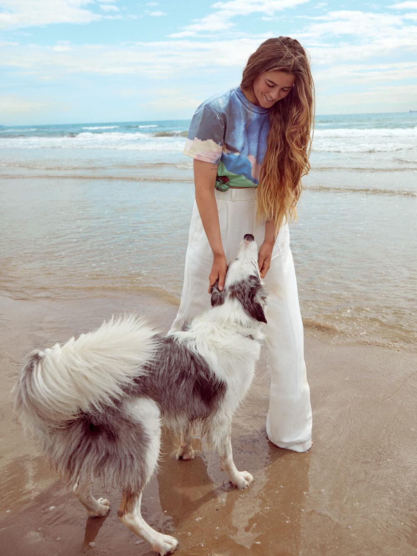 En la imagen, Gisela junto a su fiel amigo Fly, con camiseta, Sportmax y pantalón, Zara.