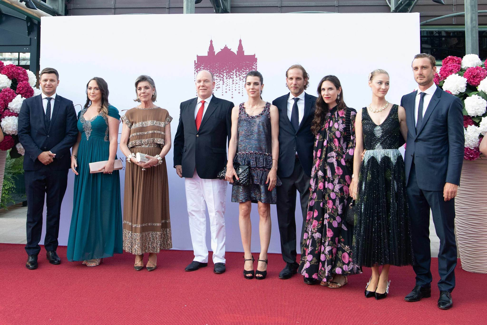 Tatiana Santo Domingo (tercera por la derecha) lució unas ondas de pelo marcadas de aires boho espectaculares en la gala de la Cruz Roja de Mónaco.