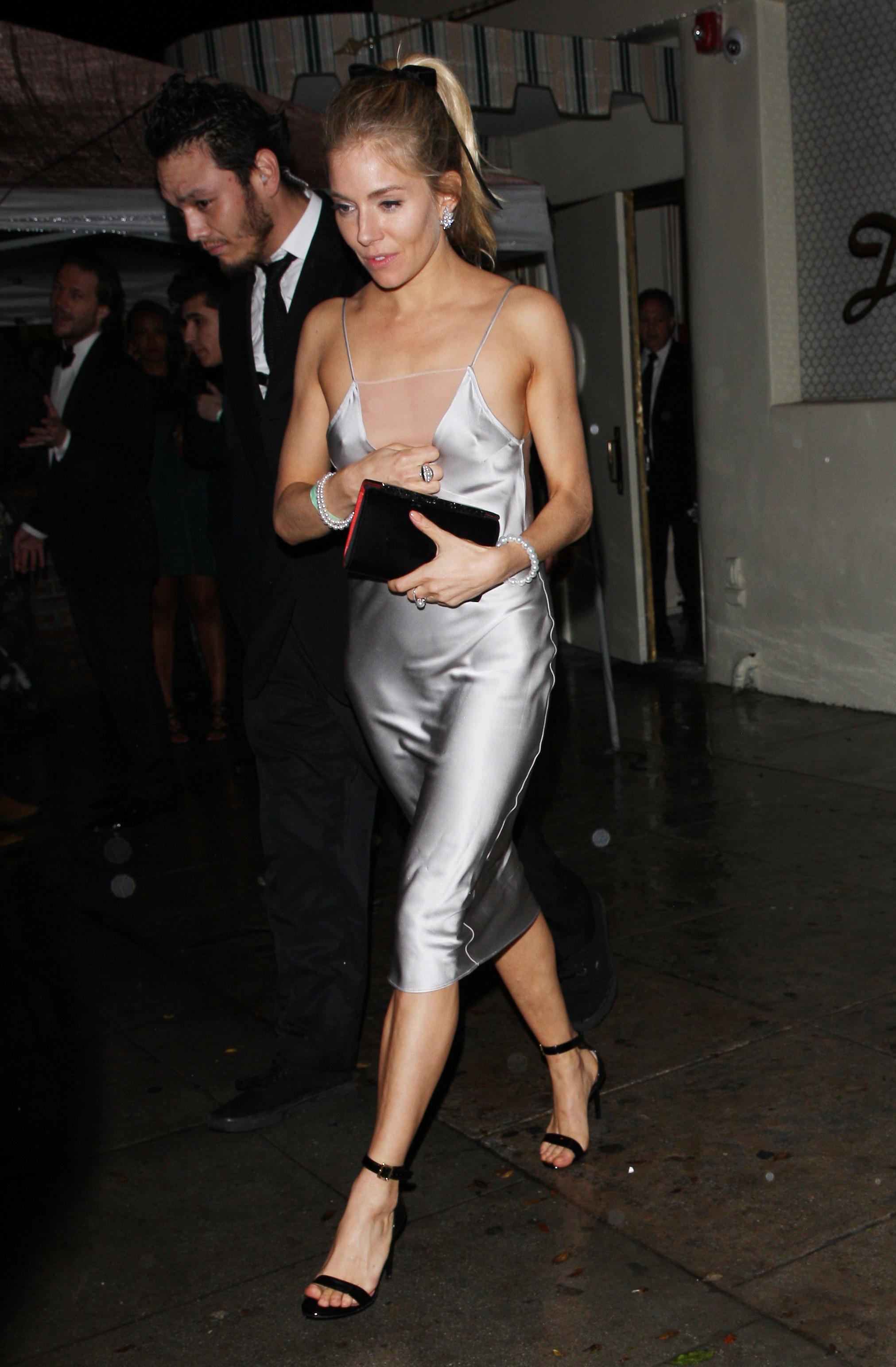 Sienna Miller vestida de fiesta.