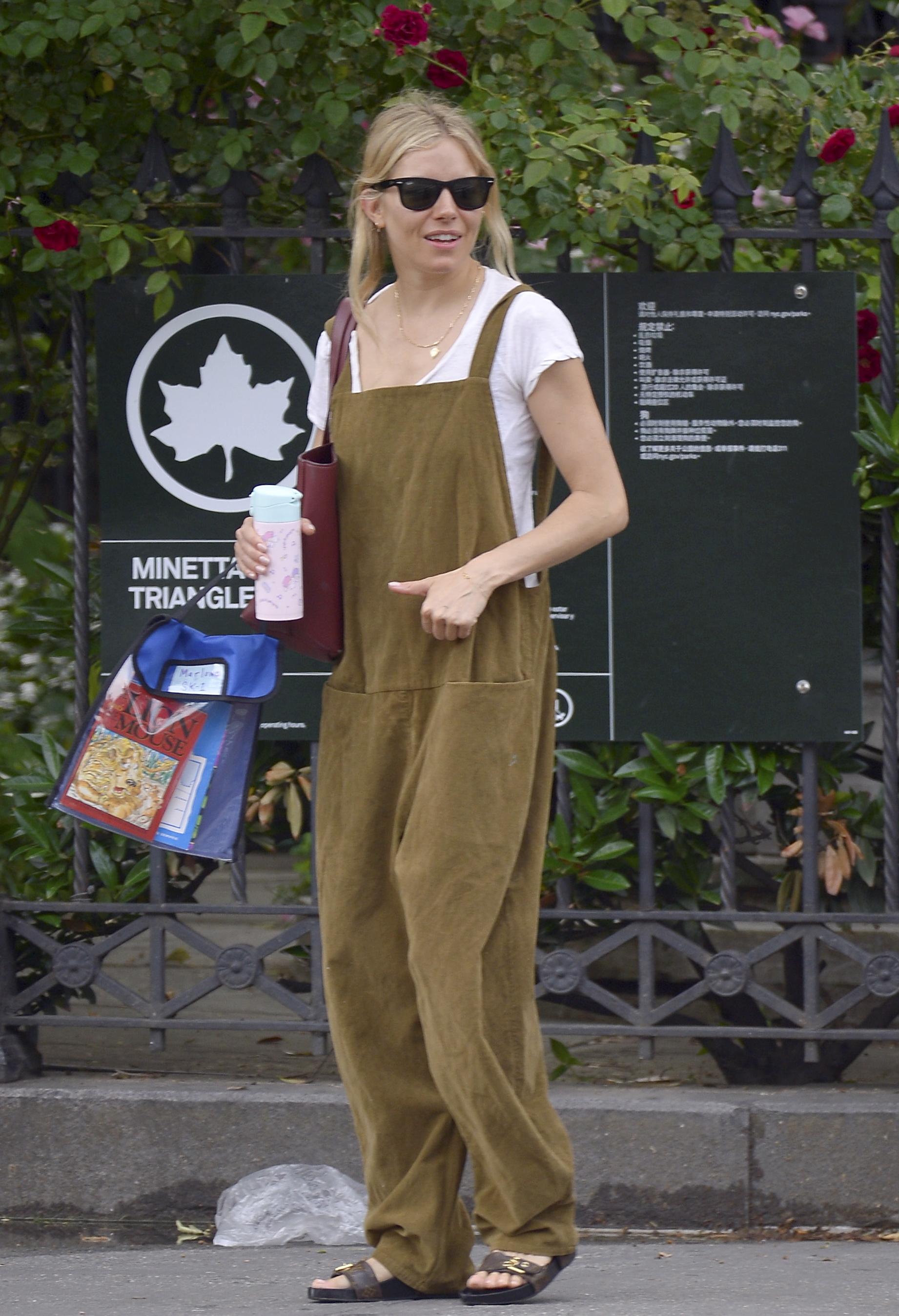 Sienna Miller con mono y sandalia plana.