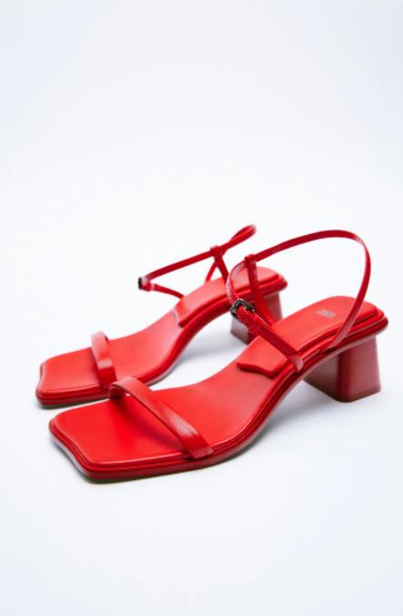 Sandalias cuadradas en color rojo de Zara