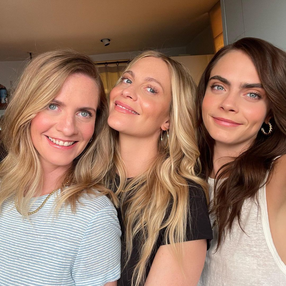 Poppy Delevingne (center) with her new blonde hair color at
