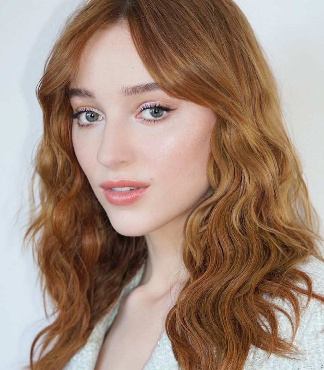 Phoebe Dynevor surrenders to coppery hair with a thousand nuances and full of shine accompanied