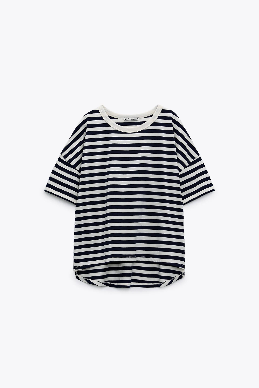 Camiseta oversize asimétrica. Zara. (9.95 euros)