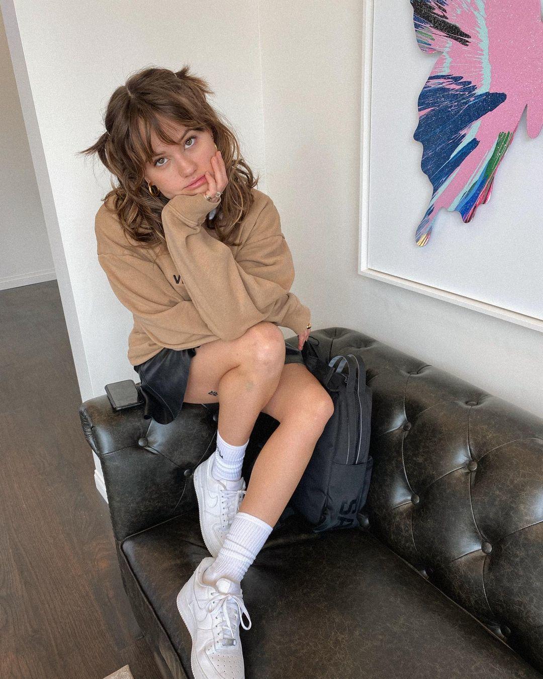 La actriz Debby Ryan luciendo su corte de pelo lobo o wolf cut, mezcla del mullet y del shag, pura tendencia este verano.