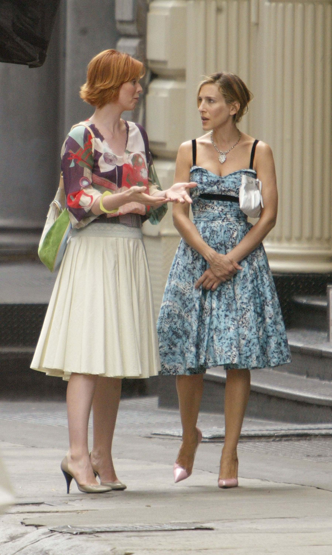 Carrie con vestido floral.