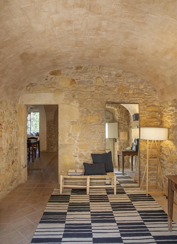 El amplio recibidor es de aire rústico y muebles artesanos.