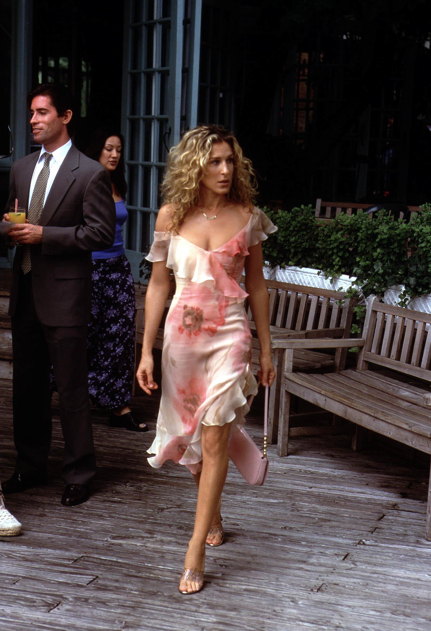 Carrie con el vestido de invitada infalible.