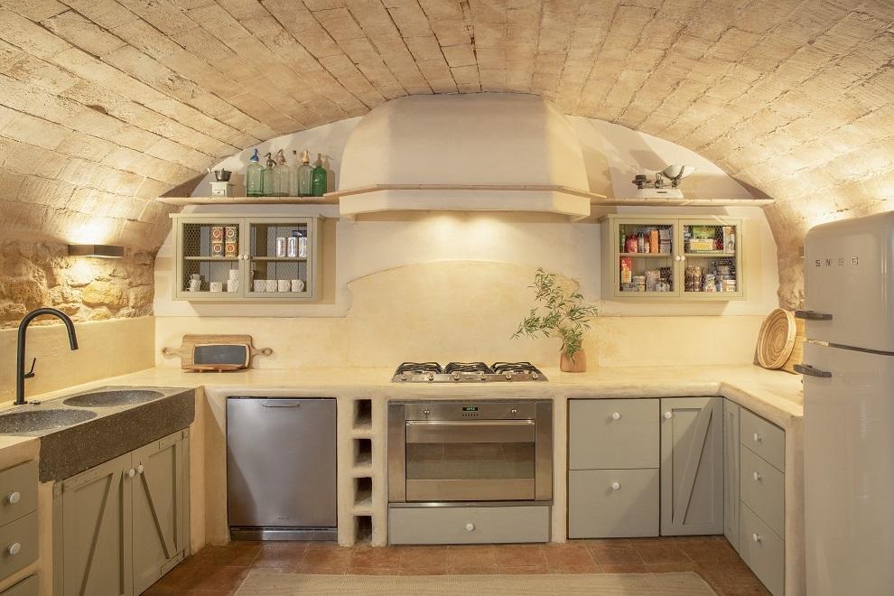 La cocina es de aire rústico.