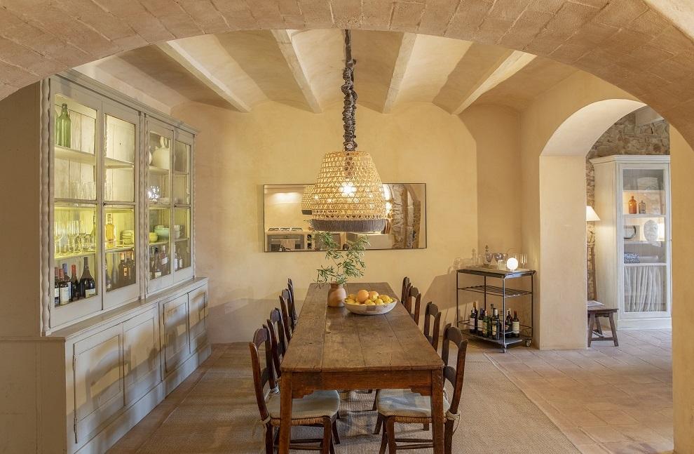 La mesa de comedor está comunicada con la cocina mediante un arco.