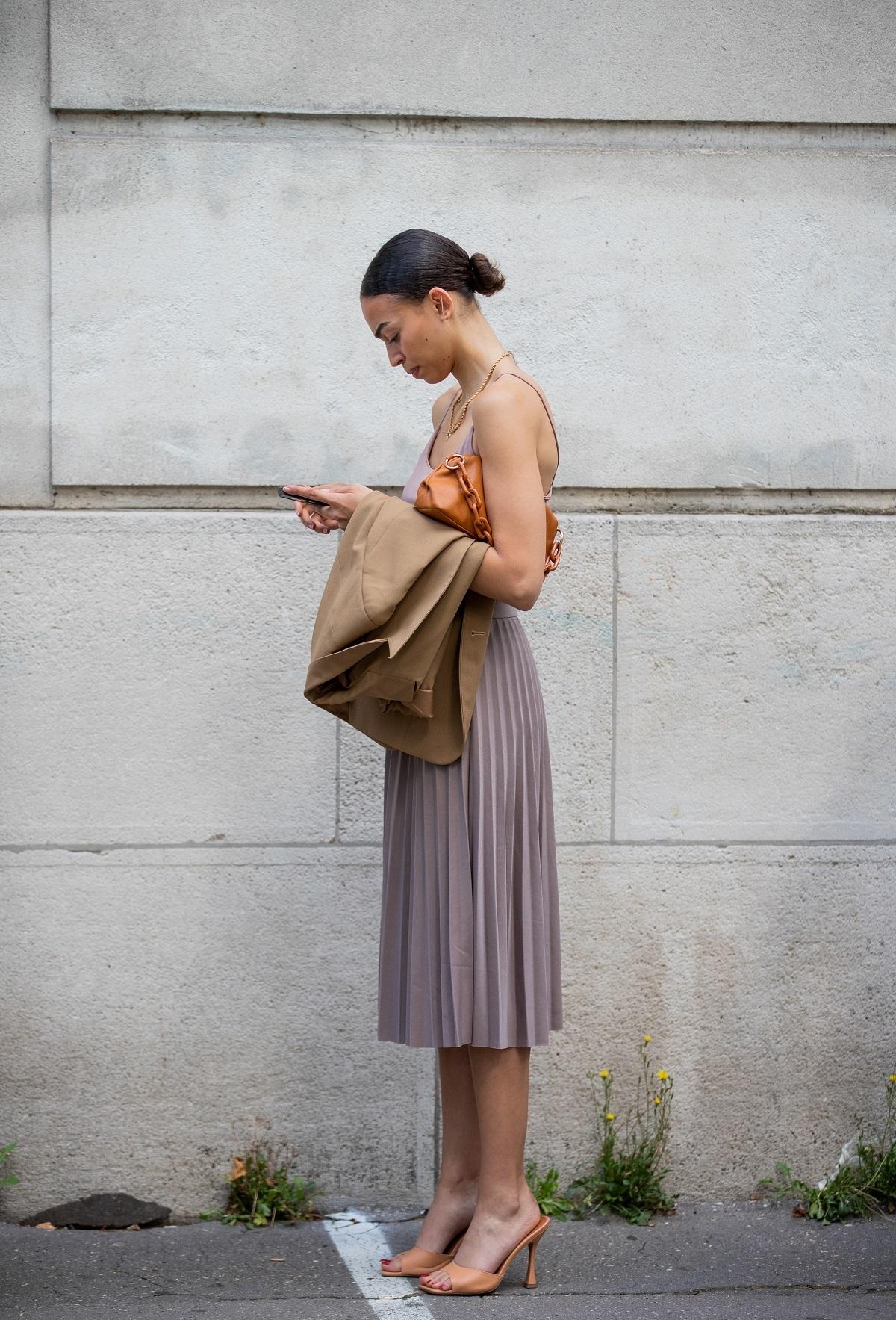 Una falda plisada y una camiseta de tirantes.
