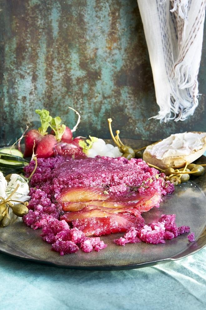 Trucha marinada con remolacha.