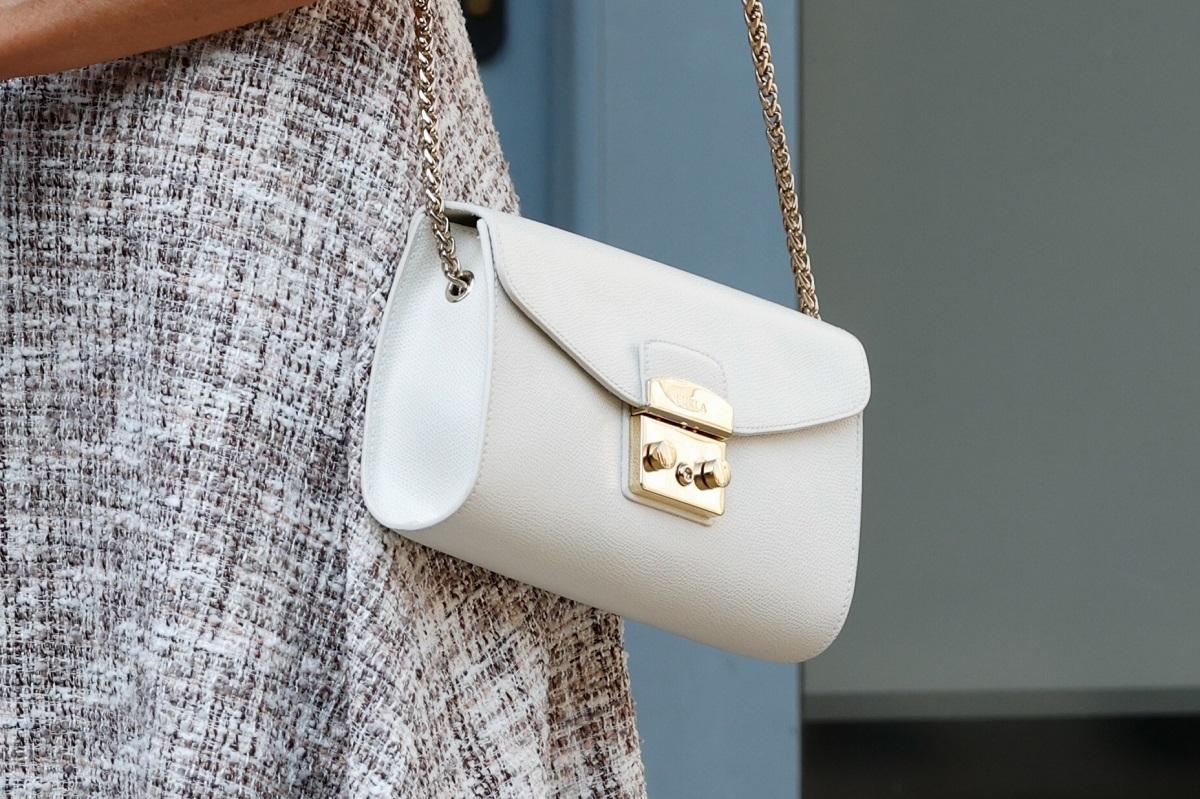 El bolso blanco de la Reina.
