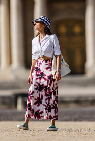 Falda en print y camisa blanco como look infalible.