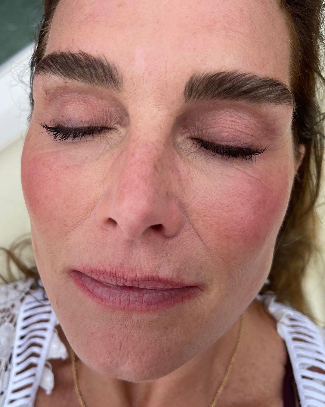 Después del laminado de cejas de Brooke Shields, el efecto más grueso de estas, más espeso y peinado cambia el rostro y la mirada por completo.