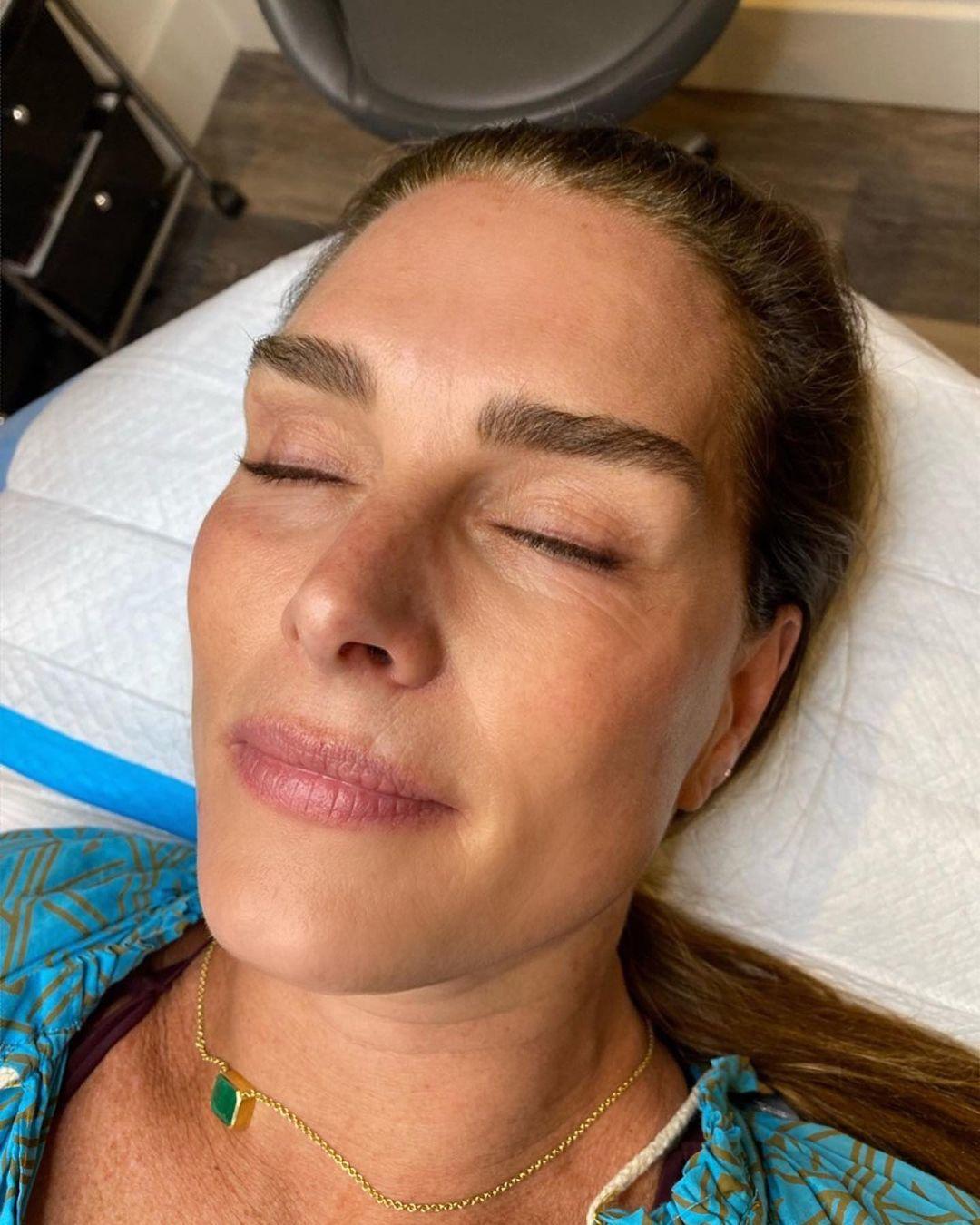 Antes del laminado de cejas, Brooke liene unas cejas más finas y despeinadas.