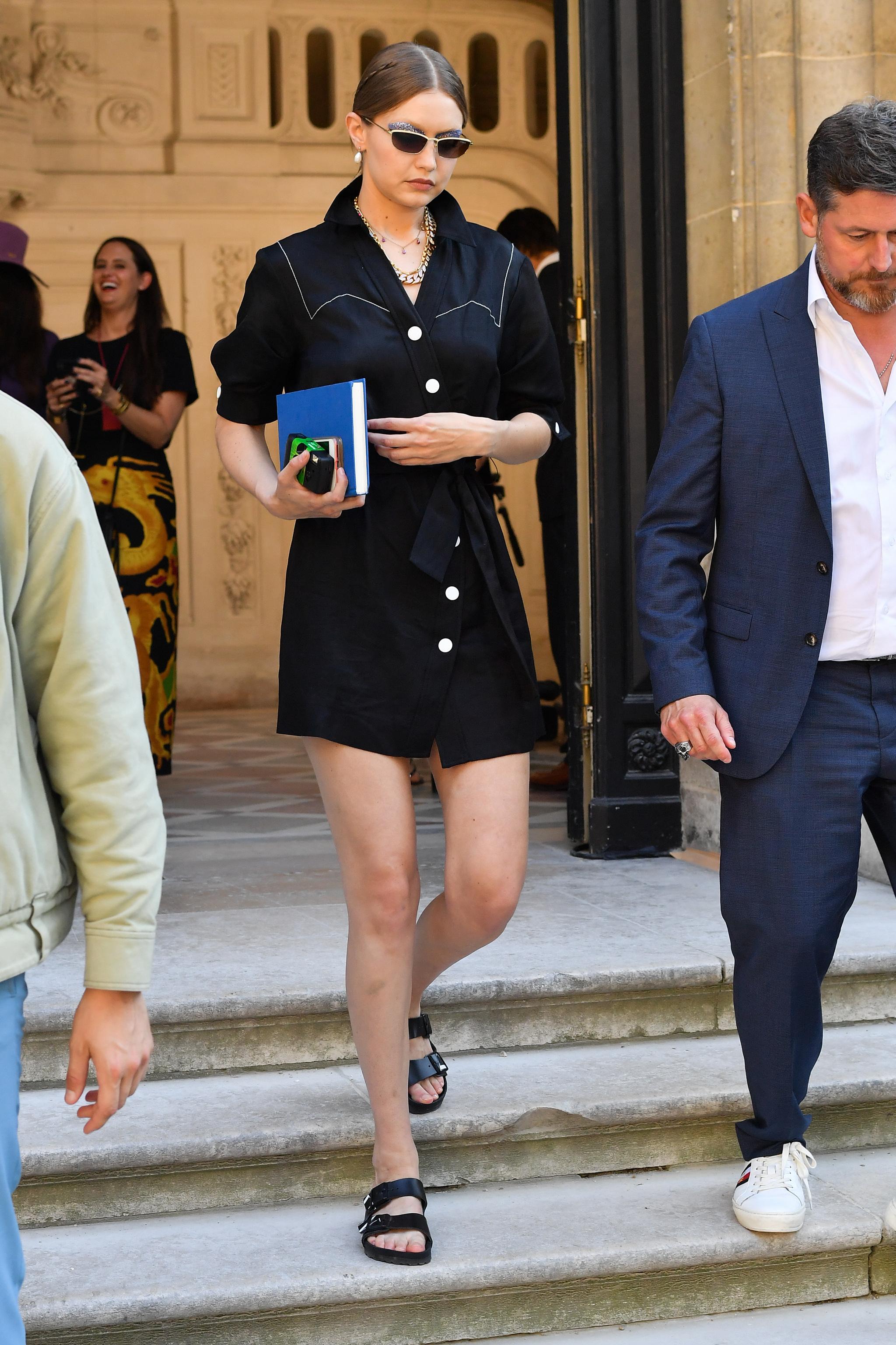 Gigi Hadid con vestido negro.