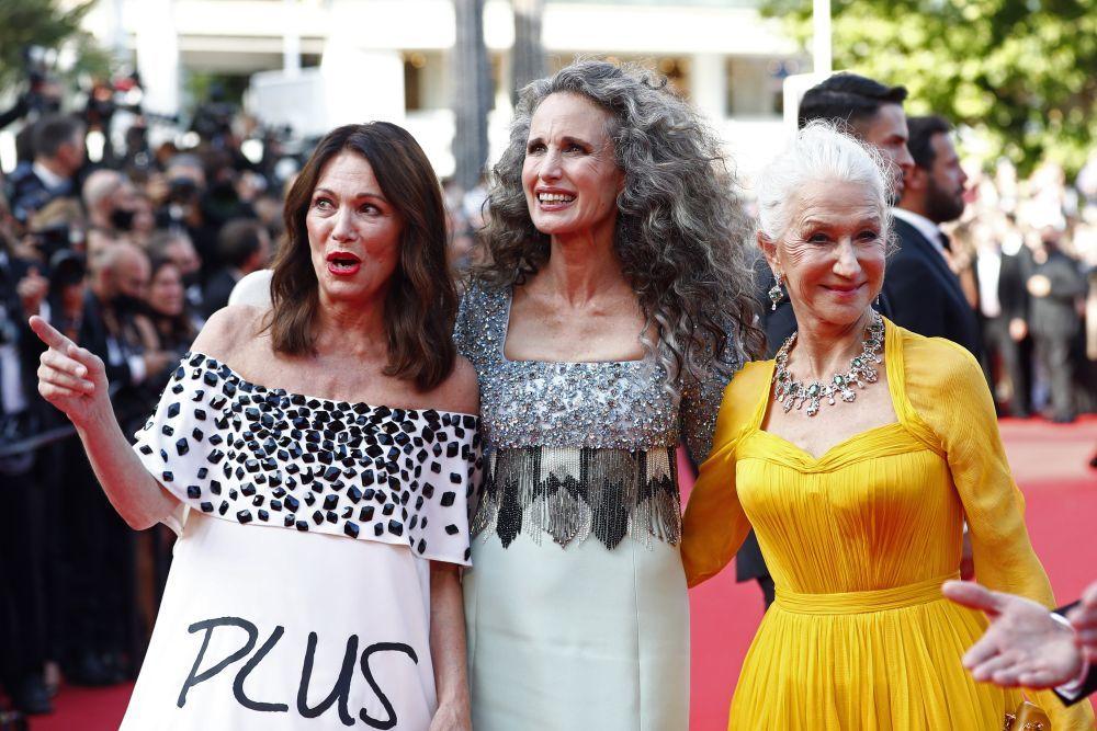 Andie MacDowell junto a las actrices Helen Mirren, también fan del pelo blanco e Iris Berben en la alfombra roja del Festival de Cannes.