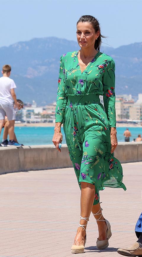 La Reina Letizia con vestido cruzado verde.