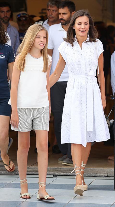 Letizia Ortiz con vestido blanco.