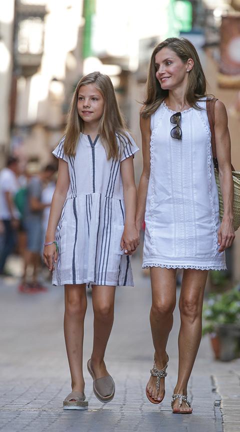 Letizia Ortiz con vestido mini blanco.