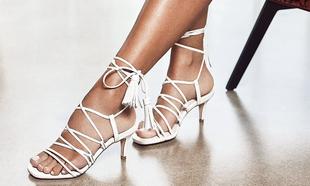 Las sandalias de tacón con tiras cruzadas son tendencia este verano...