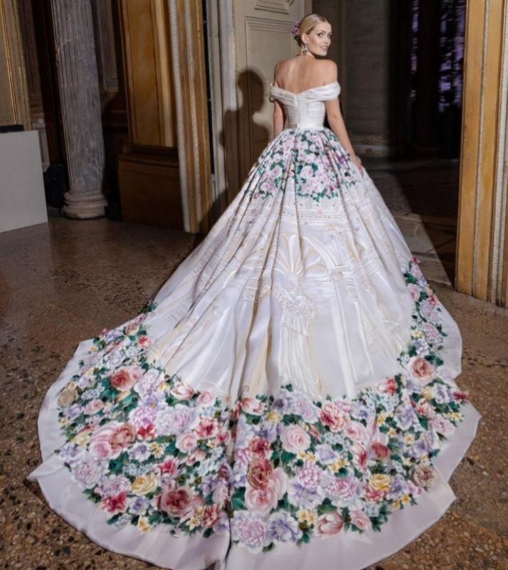 Lady Kitty con su vestido para la rececpión de los invitados