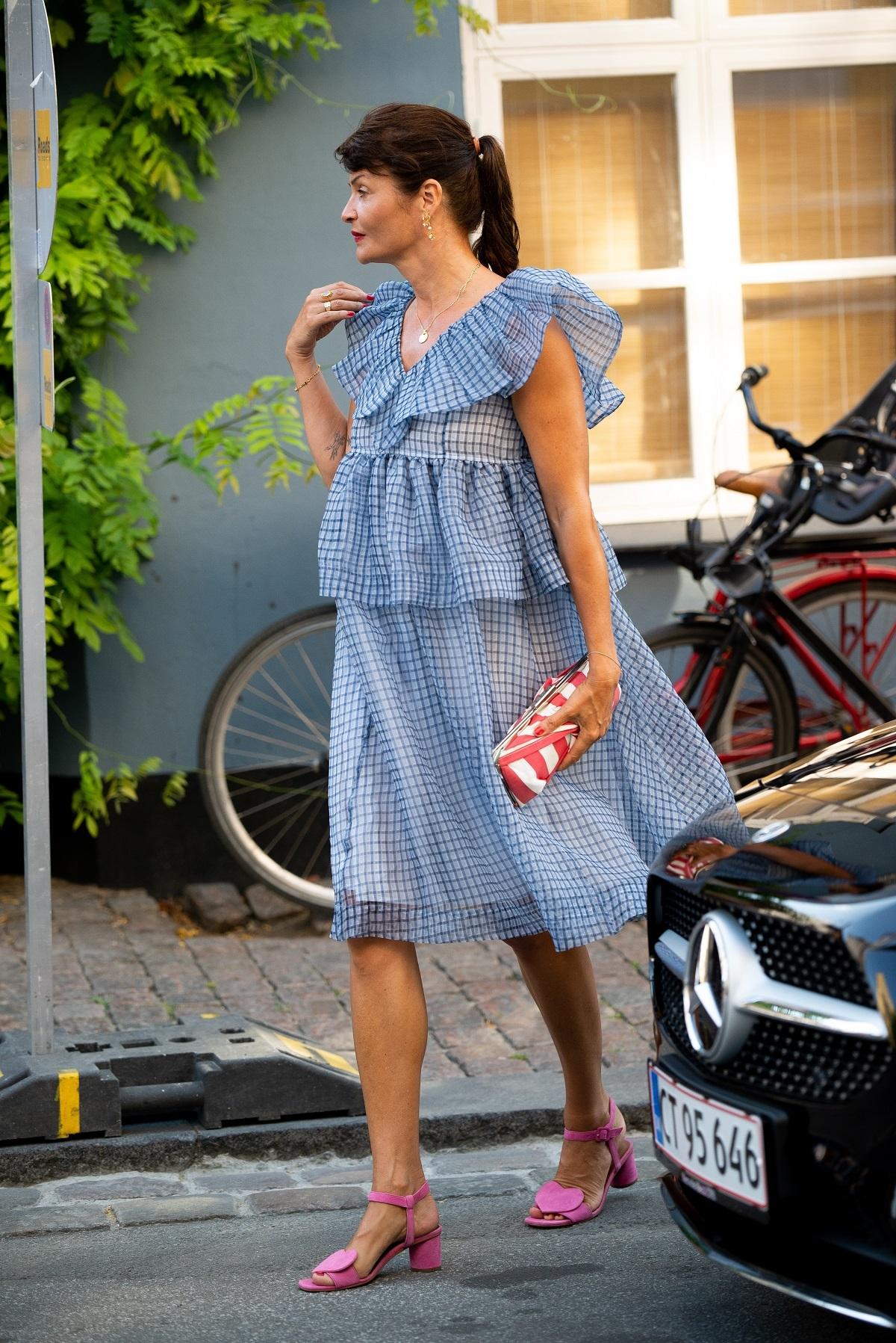 Helena Christensen con vestido vaporoso.