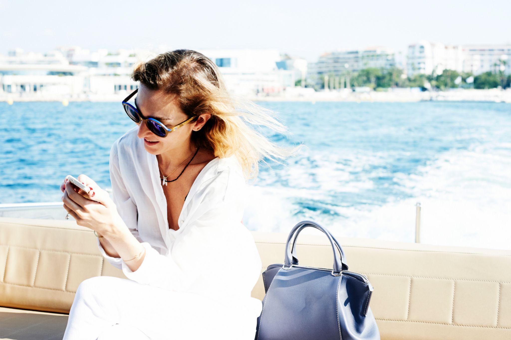 El móvil reclama constantemente nuestra atención, mejor limitarla en vacaciones.