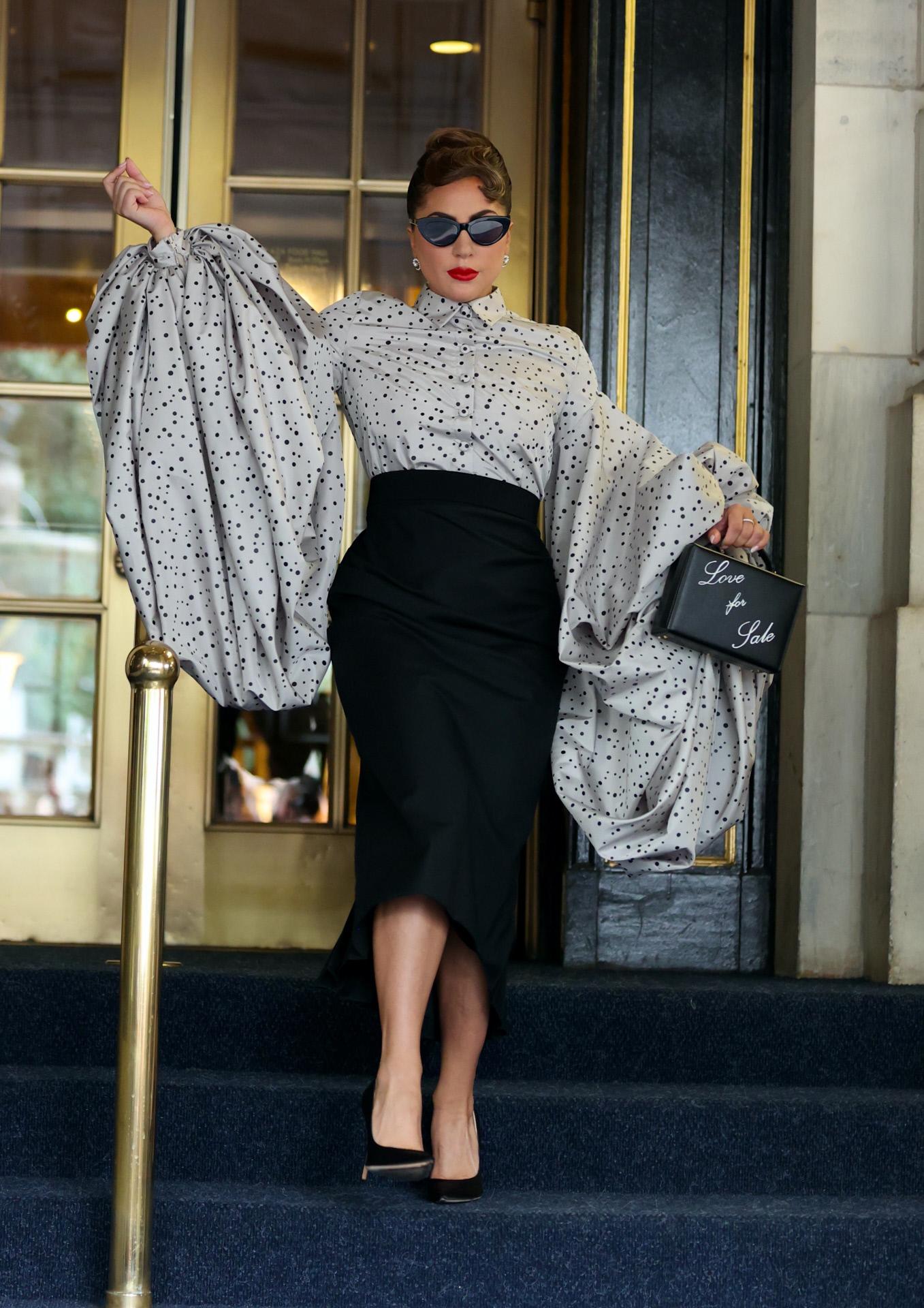 Lady Gaga con falda lápiz en negro y blusa de mangas abullonadas, en Nueva York.