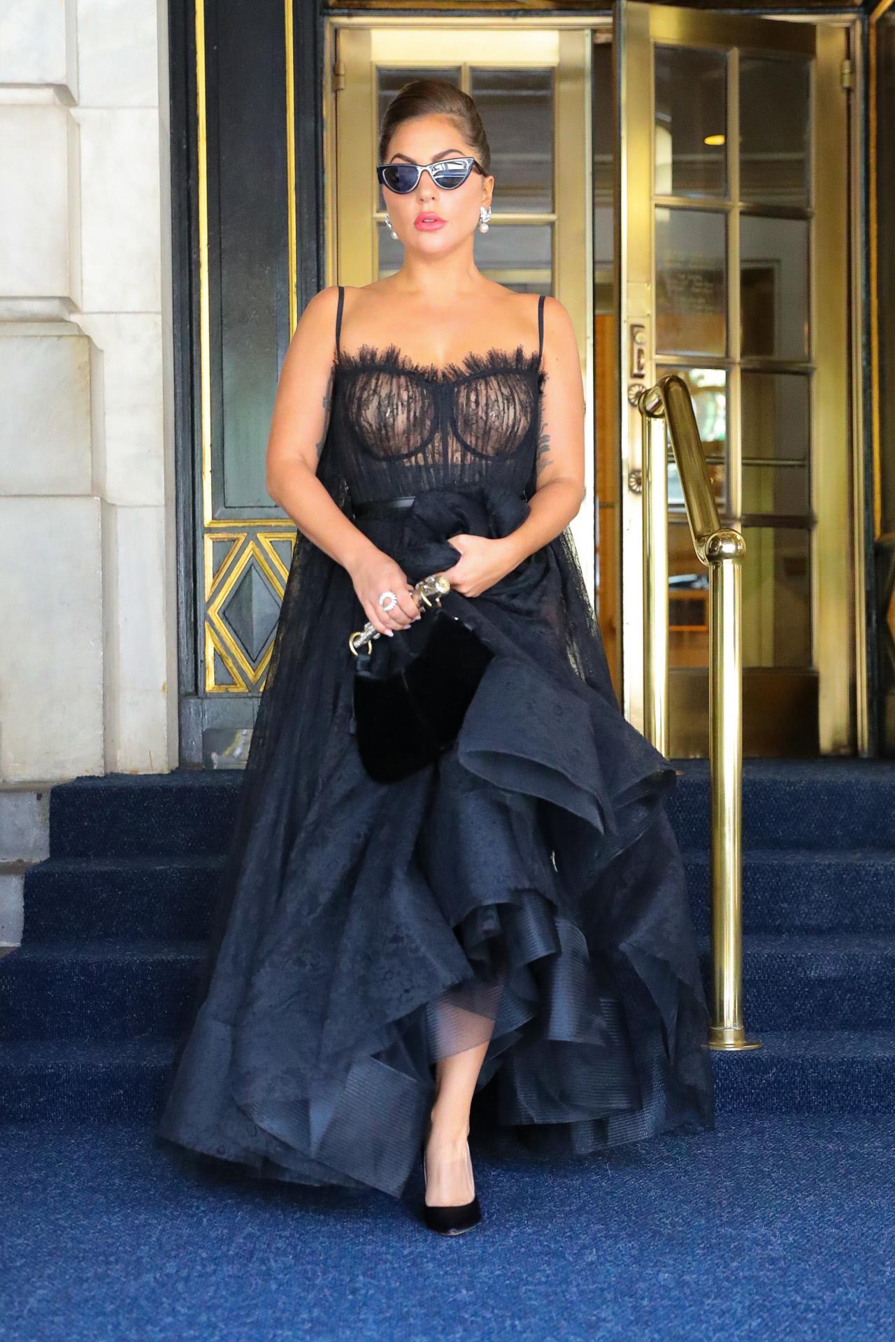 Lady Gaga con vestido de encaje transparente, de Alexander McQueen.