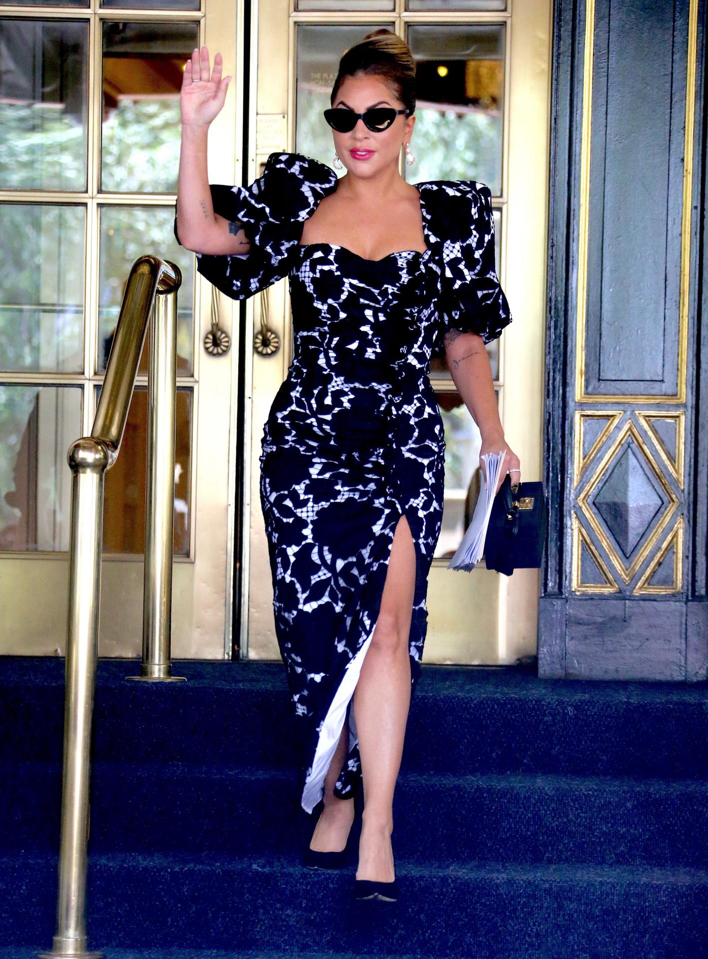 Lady Gaga saliendo del Hotel Plaza con vestido de flores y mangas abullonadas, de Giuseppe di Morabito.