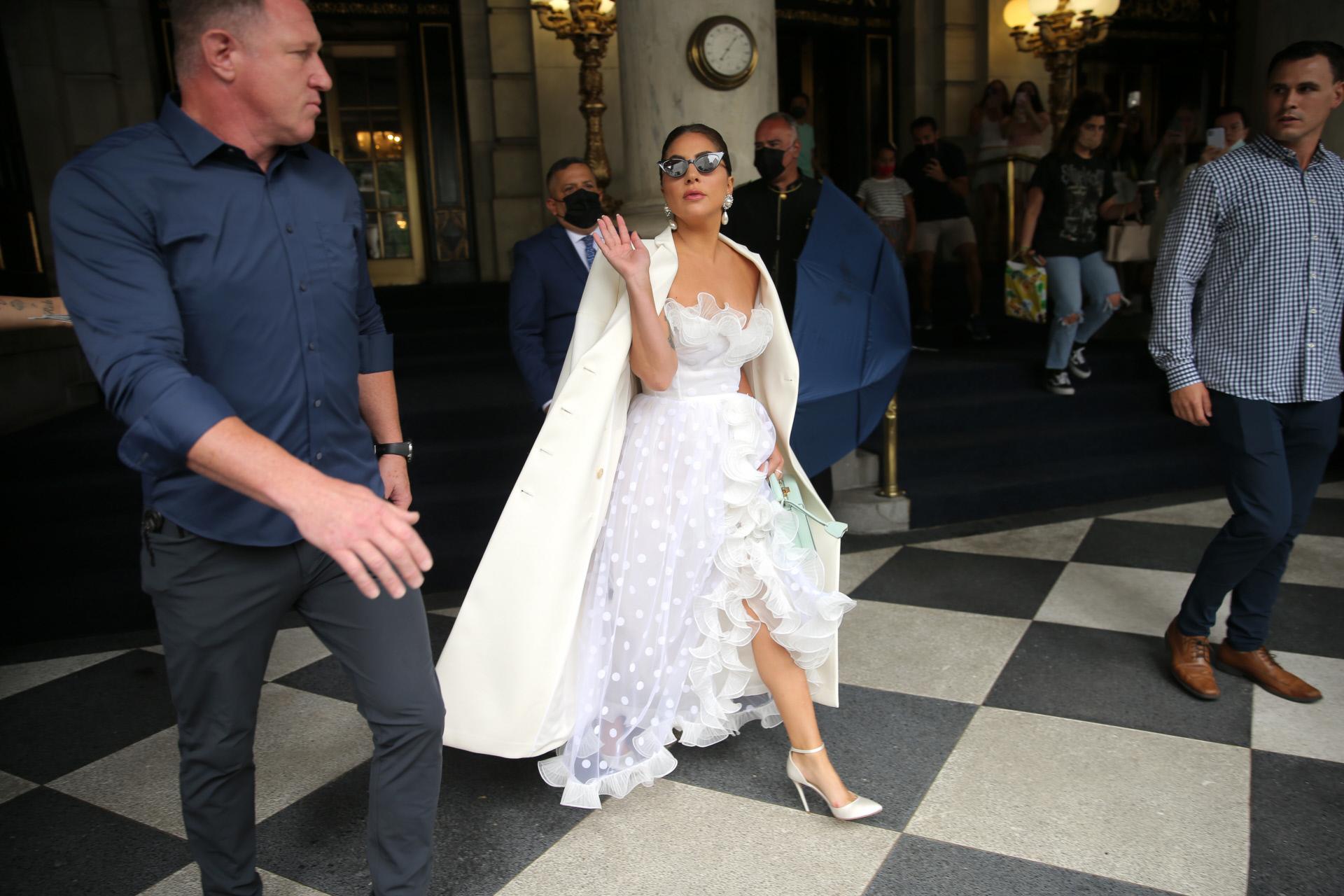 Lady Gaga, con vestido de Giambattista Valli y abrigo de Fendi.