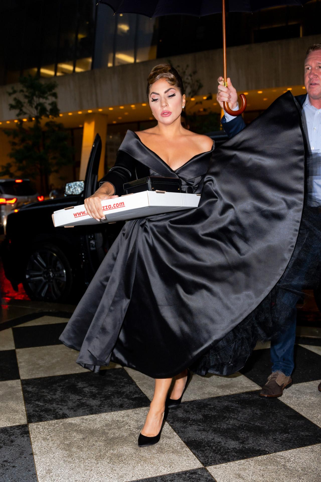 Lady Gaga, tras el concierto junto a Tony Bennett, con vestido de satén negro y la pizza que se comió en su hotel.