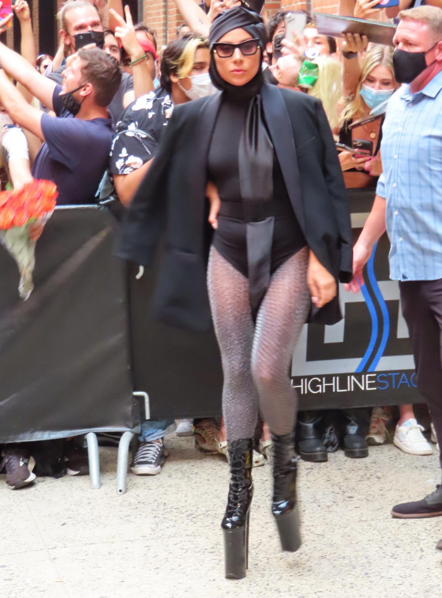 Lady Gaga en Nueva York con body, medias, plataformas y un llamativo turbante de seda.