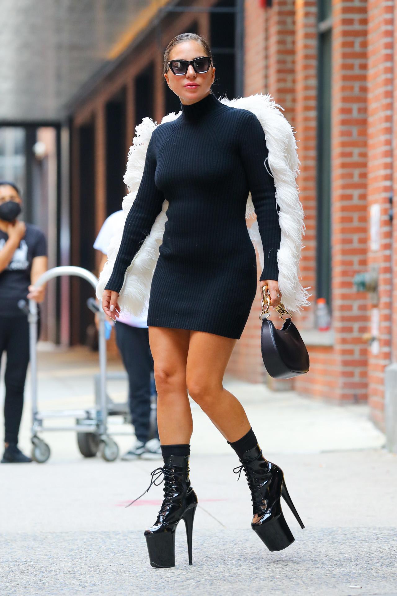 Lady Gaga, con vestido de Lanvin con plumas blancas y sus plataformas de Pleaser Shoes.