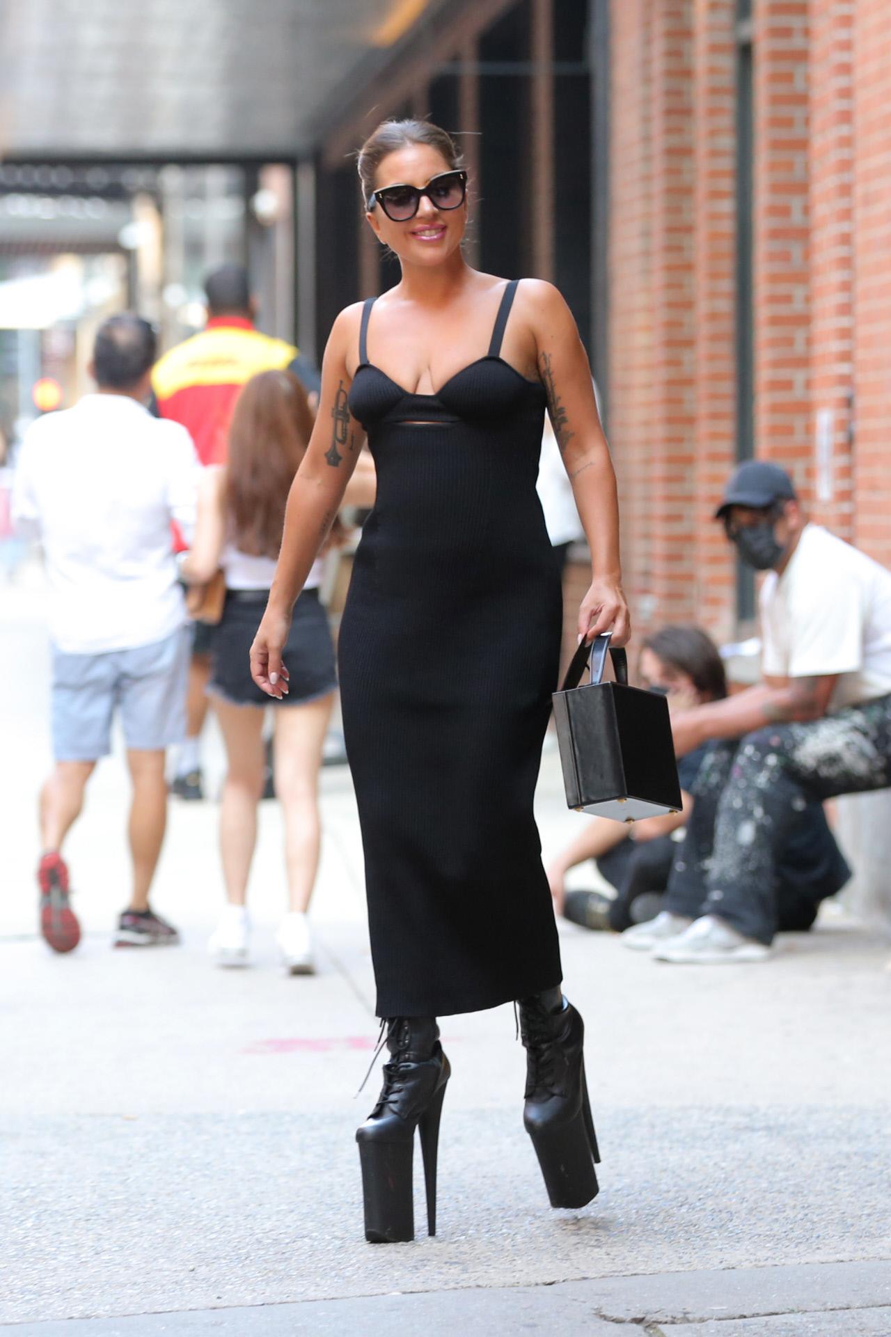 Lady Gaga en Nueva York con vestido de Magda Butrym y botines de 23 centímetros de Pleaser Shoes