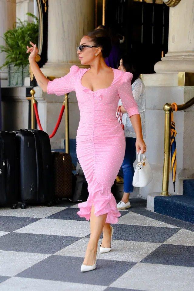 Lady Gaga en Nueva York, con vestido rosa de lunares de Alessandra Rich.