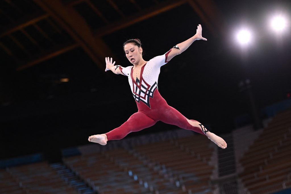 Kim Bui, una de las integrantes del equipo de gimnasia alemán, compitiendo en Tokio con el nuevo traje..