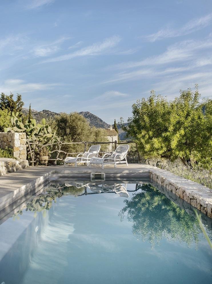 La piscina es una de las pocas construcciones nuevas en la finca. Se realizó inspirándose en las albercas, con cemento y piedra.