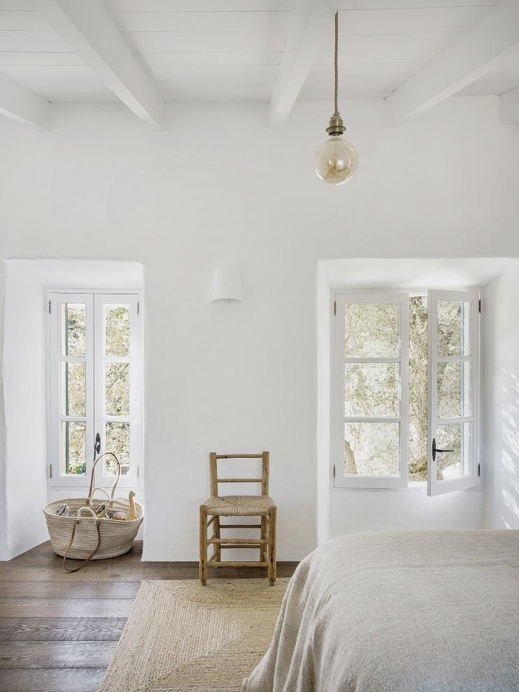 Los dormitorios son el colmo de la sencillez. La ropa de cama es de lino vintage de Espanyolet..