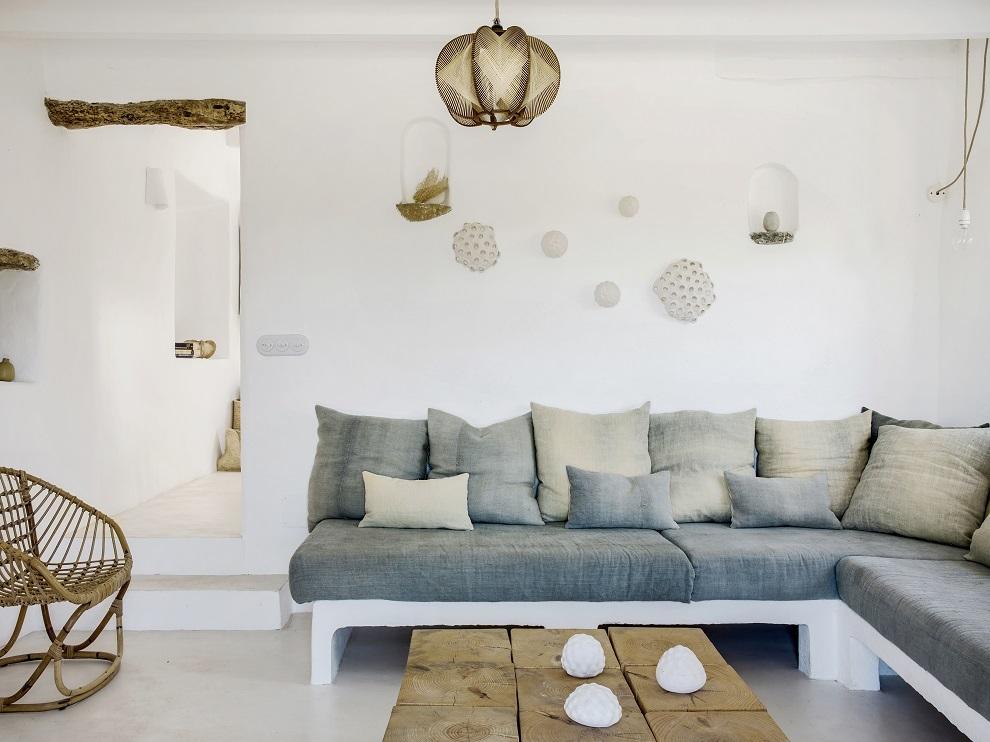La zona de estar, con sofá a medida y linos pintados a mano en Espanyolet. Mesa de pino a medida de Alma Design.