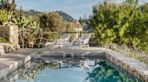 La piscina es una de las pocas construcciones nuevas en la finca. Se...