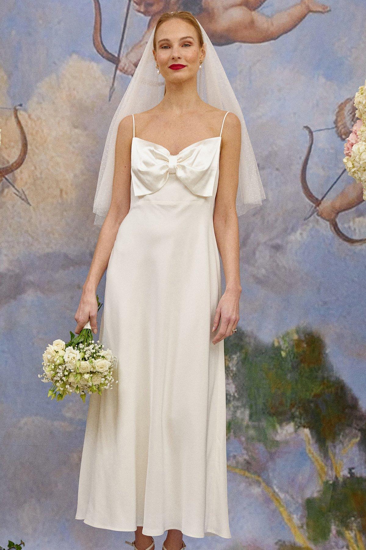 Los detalles especiales como las lazadas pueden transformar un vestido en un abrir y cerrar de ojos