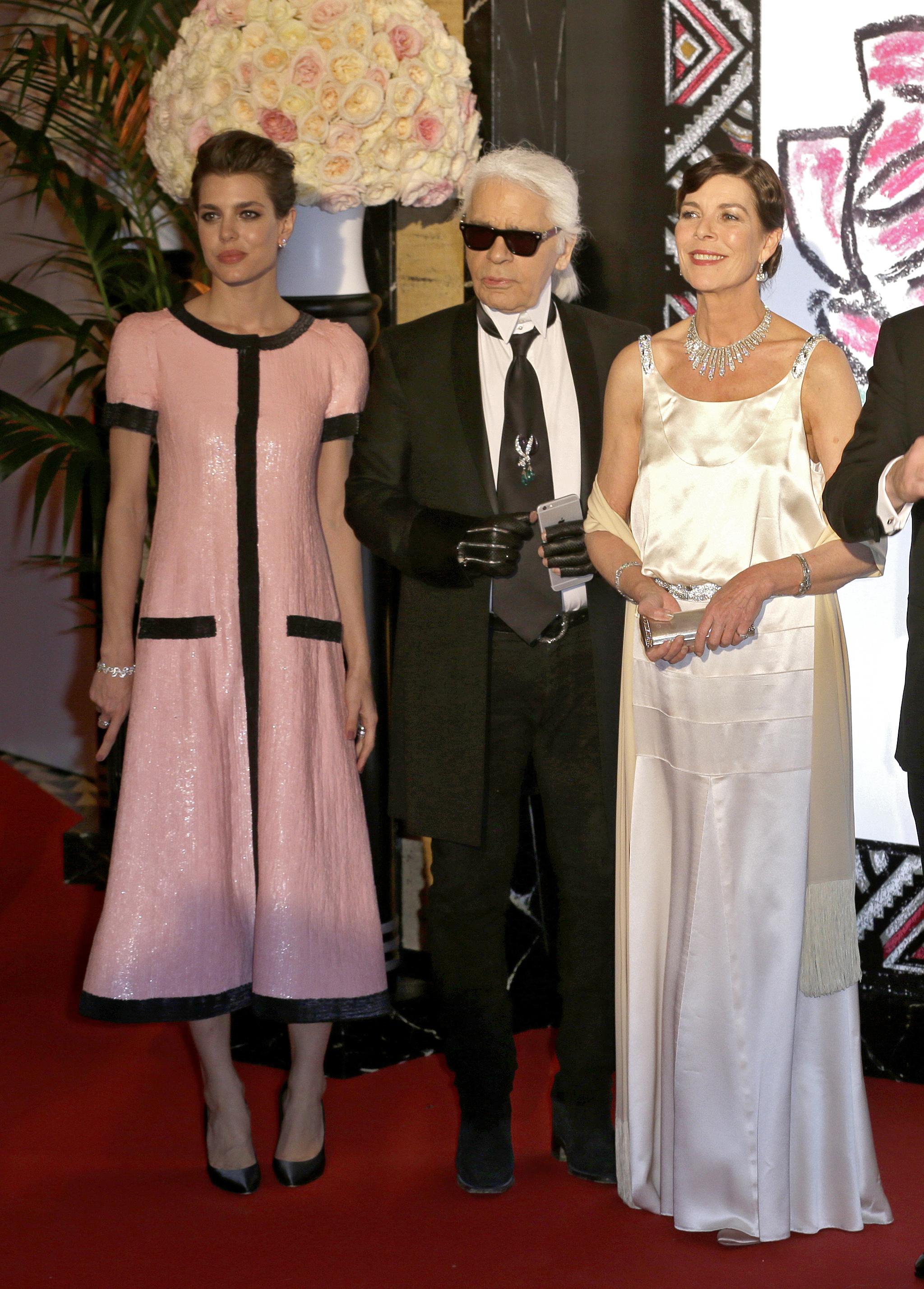Carlota Casiraghi en el baile de la rosa con Karl Lagerfeld y su madre, Carolina de Mónaco.
