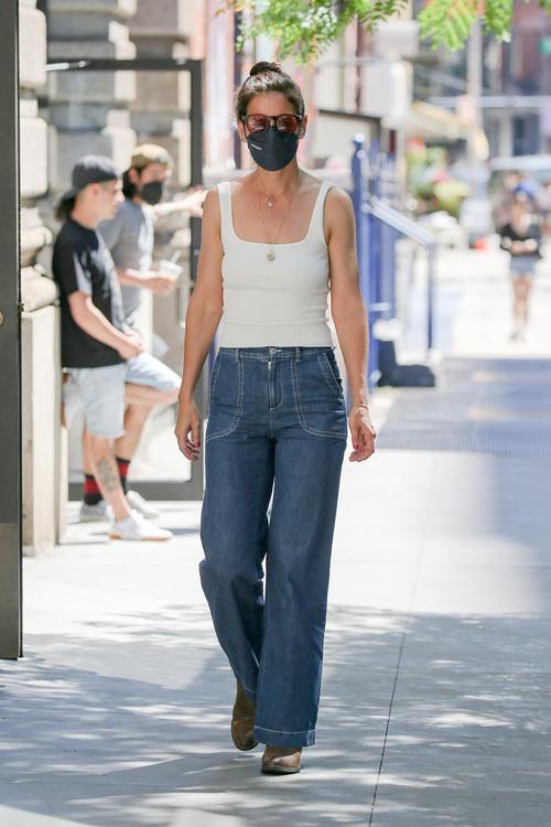 Katie Holmes luciendo vaqueros y camiseta básica